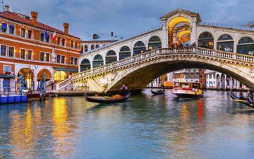 The rialto bridge in Venice at night